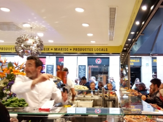 The food counter displays all the ingredients of the menu, from fresh seafood to fish and vegetables.