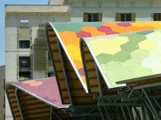 The roof is made out of hexagonal types in 60 different shades, representing an abstract image of the market's veggies and fruit.