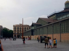 Facing a generous square, the structure of el Born CCM spreads almost between 3 streets, the access gate being right in front of Passeig del Born, one of the mostr important streets of the district of el Born.