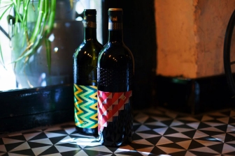 Tantarantana has an interesting wine list. One of the choices might be Unsi - a red wine from the region of Navarra. The packaging design belongs to graphic designer Eduardo Crespo.