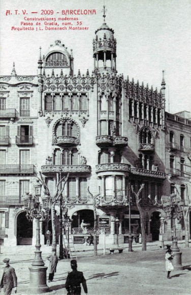 The third building in discord, Casa Lleó Morera suffered significant damage during the Spanish Civil War and later on too, when work was done to install commercial premises on the ground floor. A lot of work was needed to restore it to its current state. Although its original aspect has been recovered, the sculptures by Eusebi Arnau that adorned the ground floor windows have been lost. Image source http://barcelonapaseodegracia.com