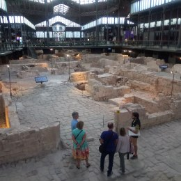 The center offers guided visits of the ruins.