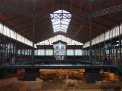 An entire and highly valued archaeological site spread on the entire underground of the former market.