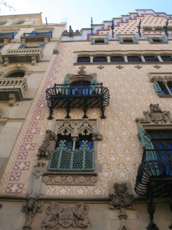 In 1898 the Amatller family commissioned the Catalan architect and politician Josep Puig i Cadafalch (1867-1956) to refurbish the building. Casa Amatller combines the neo-Gothic style with a ridged façade inspired by houses in the Netherlands. Casa Amatller was declared an artistic historical monument in 1976. The facade features sculptures, cast iron works, sgraffito and brightly colored ceramics to emphasize the original upper part of the building.