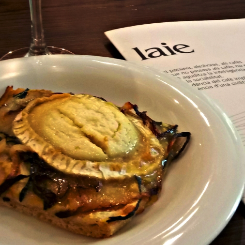 Coca de recapte is to be found among the Starters, in the menu, and is done, at Laie, with goate cheese, onion and zucchini.