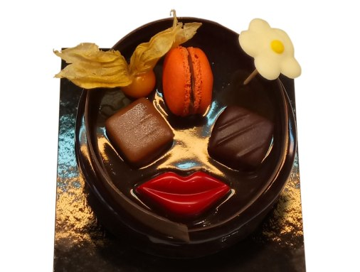 Rambla is an orange cake, filled with orange marmalade and 70% chocolate truffle and covered with a cocoa bath.