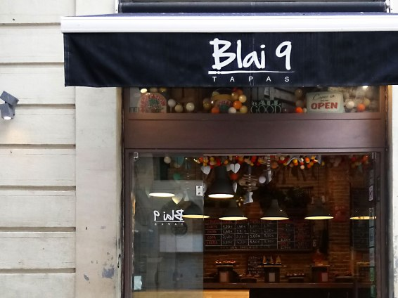 The Blai 9 team say they opted for this location, the ground floor of a listed building on the corner of Carrer Blai and Carrer Salvà because it allowed to create a space where eating would feel like being on holiday, socializing and being joyful.