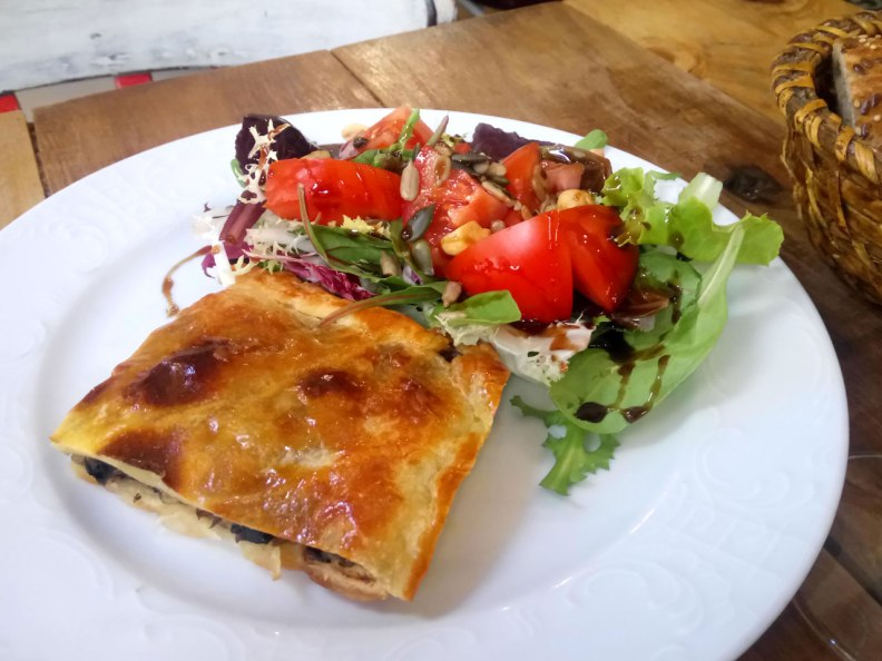 Bicioci Lunch Quiche with Salad, Seeds and Balsamic Cream