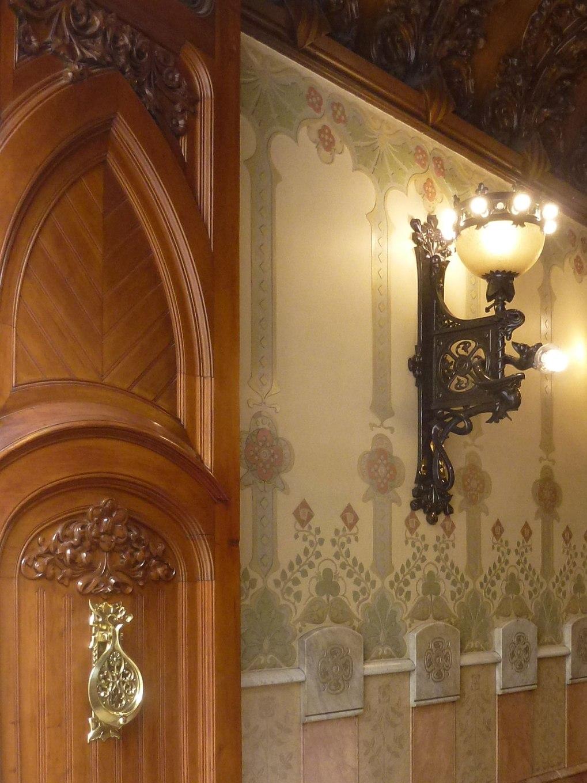 casa-berenguer-rutesdebarcelona-hall-wood-lights