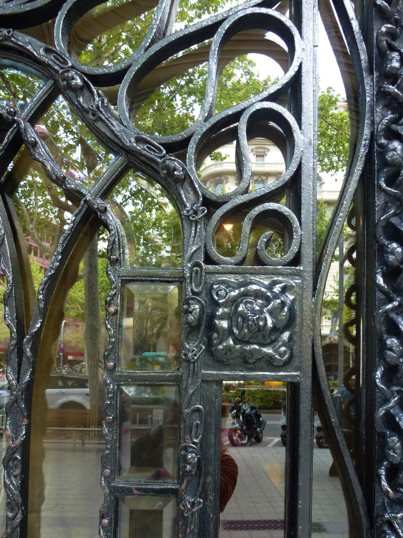 casa-sayrach-thetasteofbarcelona-diagonal-entrance-iron-details