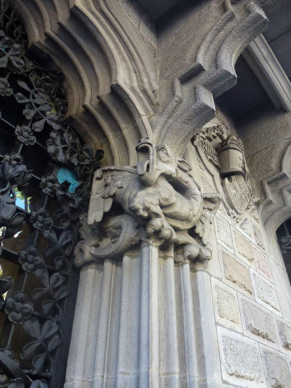 palau-baro-quadras-thetasteofbarcelona-detail-dragon